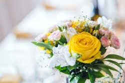Wedding table decoration - fresh whiteand yellow flowers