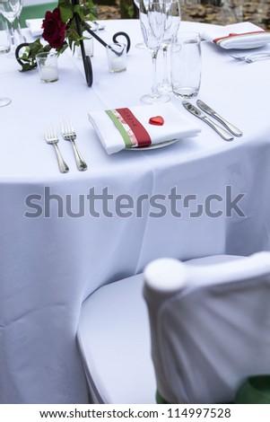 wedding table setting/ an outdoor wedding table setting