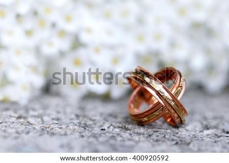 Wedding. Wedding card. Wedding. wedding flowers. Wedding rings and spring flowers / Wedding Rings / Wedding Rings. Wedding still life. Wedding card with wedding rings. Wedding rings on stone.