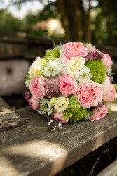 weddingflowers with pink flowers on a wooden board