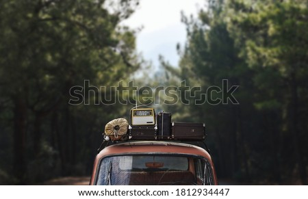 Weekend retro trip on vintage car to forest on camping Foto stock ©