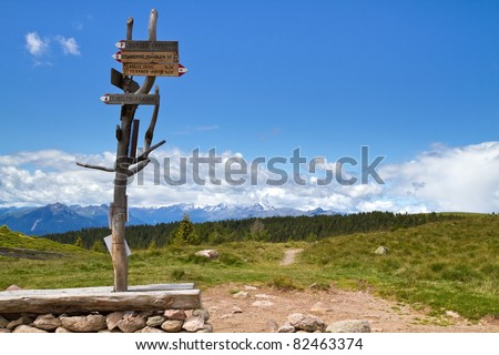 Wegweiser in den Bergen in Südtirol, Italien
