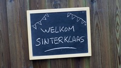 Welcome Santa Claus written in Dutch on a chalkboard