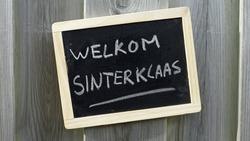Welcome written in Dutch on a chalkboard for Santa Claus