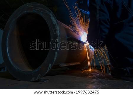Welding of stiffeners on pipe penetrations. Semi-automatic arc welding. MIG MAG welding method. Foto stock ©