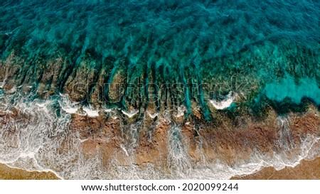 Wellen fliesen über Korallen und Felsen. im Pazifik. Mit einer Drone Aufgenommen. Stock fotó ©