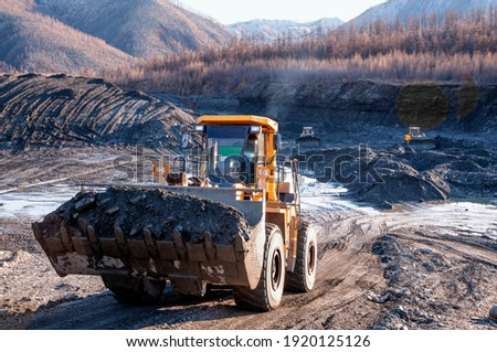 Wheel loader during excavation in the mountains of Eastern Siberia Foto stock ©