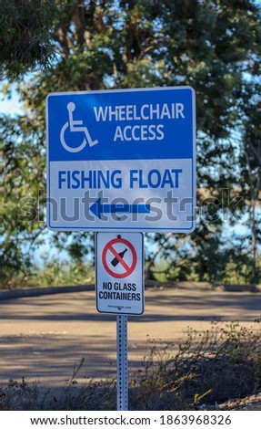 Wheelchair access fishing float and no glass containers signs o a post at Lake Miramar in San Diego, Ca. Zdjęcia stock ©