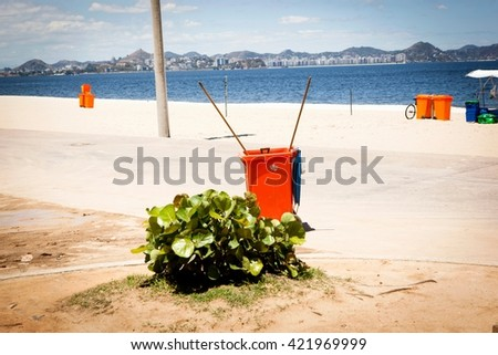 Wheelie bin on beach, Rio de Janeiro, Brazil Foto stock ©