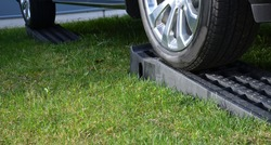 when selling new or second-hand cars, it is nicely polished and placed on a mown lawn. To make it easier to see, wedges are placed on the plastic mounting ramps.