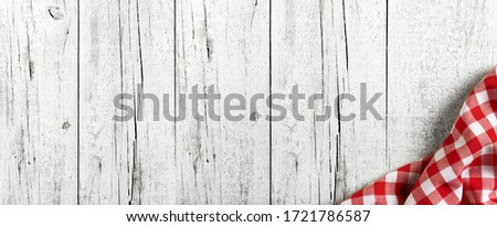 white and aged wooden board with red dsihcloth on kitche panorama background Foto stock ©