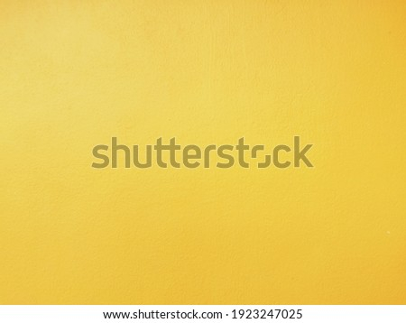 White and golden messy wall texture forbackground. Decorative wall paint. Yellow wall for background. Rusty damaged to surface wall for background. Wall texture for vintage background. Zdjęcia stock ©