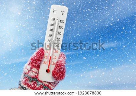 White celsius and fahrenheit scale thermometer in hand. Ambient temperature minus 15 degrees celsius Stockfoto ©