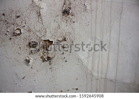 White cracked wall with water seeps. old conception background Stok fotoğraf ©