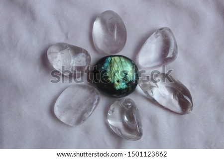White fund with transparent quartz stones performing a flower.