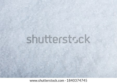 White plastic beads on wood  background, Polymers bead or polymer resin, polymer pallet, Product from petrochemical plants. granules polymer, Stockfoto ©