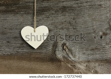 White plywood   Valentine's heart hanging on rustic Elm wooden texture background, copy space Stock fotó ©