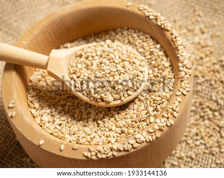white sesame seeds, sesame seeds in a wooden spoon on an old rustic background close-up Foto stock ©