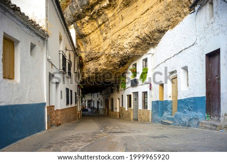 White washed houses built under the rock in Setenil de las Bodegas, Andalusia, Spain Foto stock ©