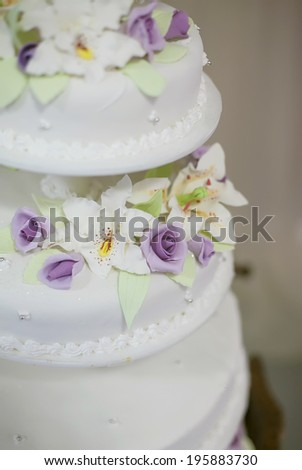 White wedding cake with purple flower detail