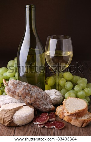 white wine with sausage, cheese and bread
