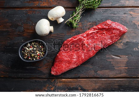 Whole tri tip steak with fresh seasoningsm thyme, organic tri-tip roast with fat marbled through the meat ready to roast or barbecue on rustic wooden background, top view Foto stock ©