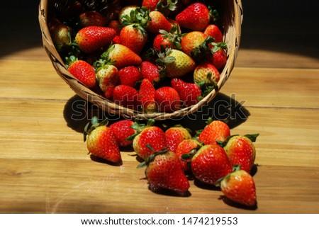 Wicker basket with delicious red and very ripe fresh strawberries freshly picked Cesto de mimbre con deliciosas fresas frescas muy rojas y maduras recién recolectadas