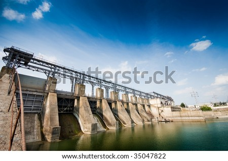 Wide angle view of a dam, summertime