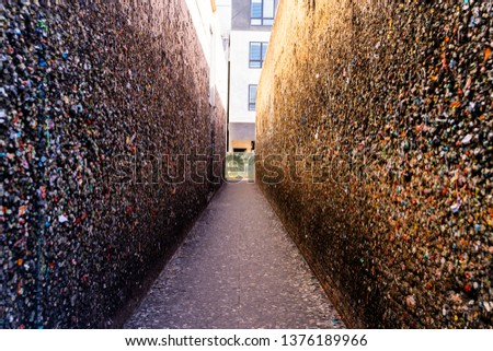 Wide angle view of the walls of Bubblegum Alley at San Luis Obispo, USA California Foto stock ©