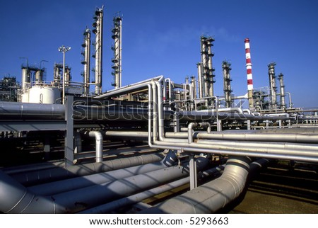 Wide perspective of a refinery plant.