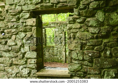 Windows at the ruins of Kay's Cottage, located in Black River County Park in Chester, New Jersey Stok fotoğraf ©