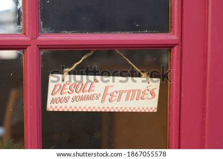 windows sign shop panel write in french desole nous sommes ferme means sorry we are closed on store entrance Photo stock ©