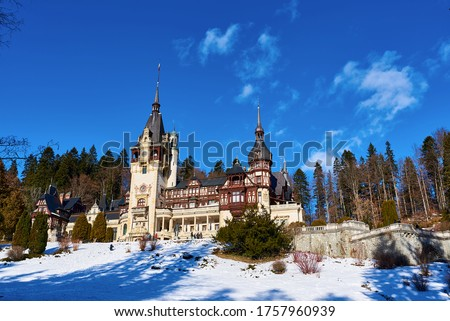 Winter landscape view of Peles Castle in Sinaia, Romania fitted by a colorful blue sky Foto stock ©