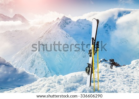 Winter mountains and ski equipment in the snow. Skiing, ski resort, winter holidays. Foto stock ©