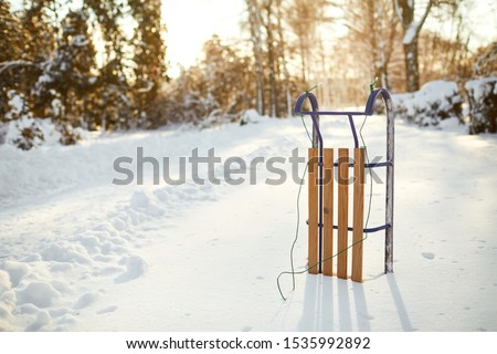 Winter sled in the snow in the winter park Foto stock ©