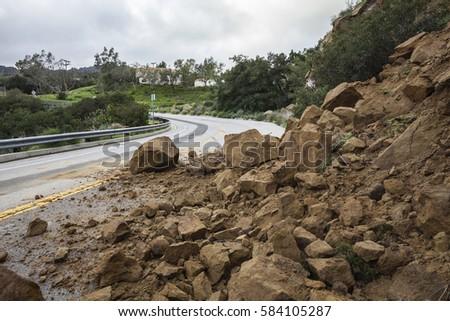 Winter storm landslide blocking Santa Susana Pass Road in the City of Los Angeles, California. Foto stock ©