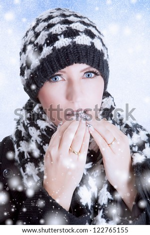 Winter woman in fashionable scarf and hat