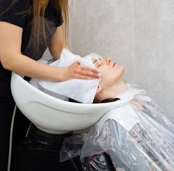 wipe the hair with disposable towel after shampooing. hair coloring.