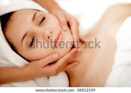 Lifestyle - Pagina 3 Stock-photo-woman-at-a-spa-getting-a-massage-in-her-face-38852599