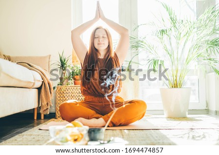 Woman doing yoga at sunny home. Foto stock ©