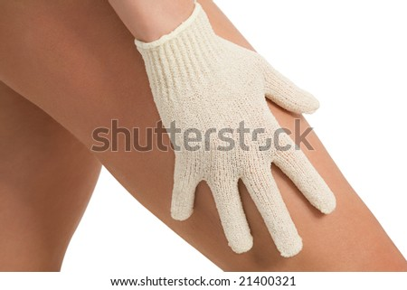 woman exfoliating her thigh with a exfoliating hydro glove