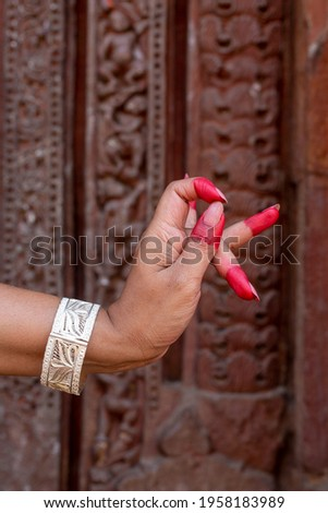 Woman hand showing Katakamukha hasta (hand gesture, also called mudra) of indian classic dance Odissi. Also used in other indian classical dances Kuchipudi. Foto stock ©