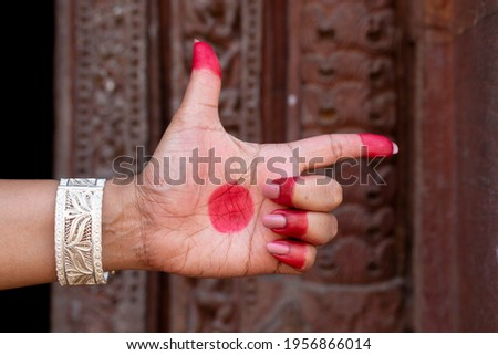 Woman hand showing Tamrachuda hasta (hand gesture, also called mudra) (meaning 'rooster') of indian classic dance odissi. Also used in other indian classical dances Kuchipudi and Bharata Natyam. Foto stock ©