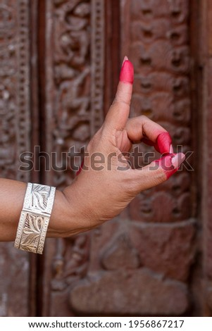 Woman hand showing Tamrachuda hasta (hand gesture, also called mudra) (meaning 'rooster') of indian classic dance Odissi. Foto stock ©