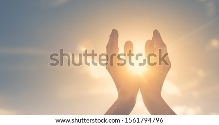 Woman hands holding the sun at dawn. Freedom and spirituality concept.  Foto stock ©