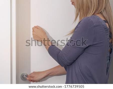 Woman knocking on door before entering, Personal Space concept. Family Behavior Rules during Coronavirus Lockdown Foto d'archivio ©