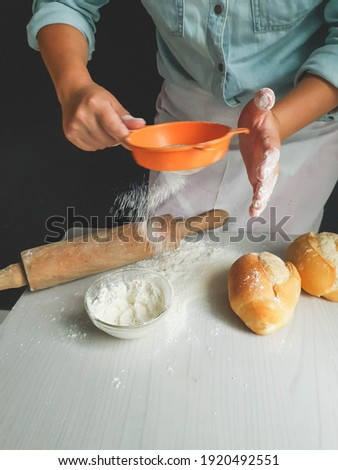 woman sprinkling flour on the table with blur motion to prepare homemade bread Foto stock ©