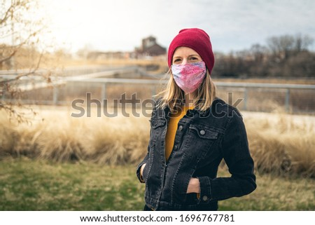 Woman wearing a face mask in a park in Chicago during quarantine Foto d'archivio ©