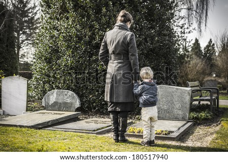 Woman with child at graveyard Foto stock ©