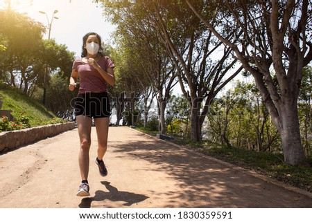 woman with mask running in the 'Lomas Amarillas', Surco, Lima, Peru Foto stock ©